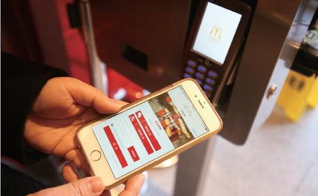 麦当劳与微信还开发了微信桌边加餐的服务
