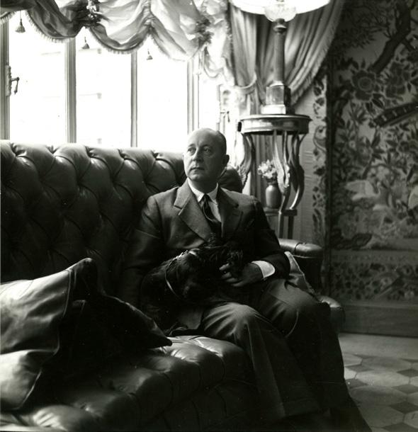1950年,Christian Dior在自己位于巴黎Jules-Sandeau大街7号的公寓内。©Christian Dior
