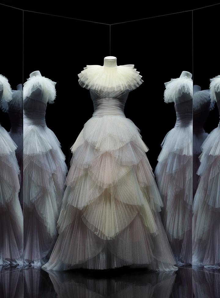 "Maria Grazia Chiuri,新""朱诺(Junon)""礼服裙,二零一七年春夏高级订制系列,©图片来源:装饰艺术博物馆/Nicholas Alan Cope"