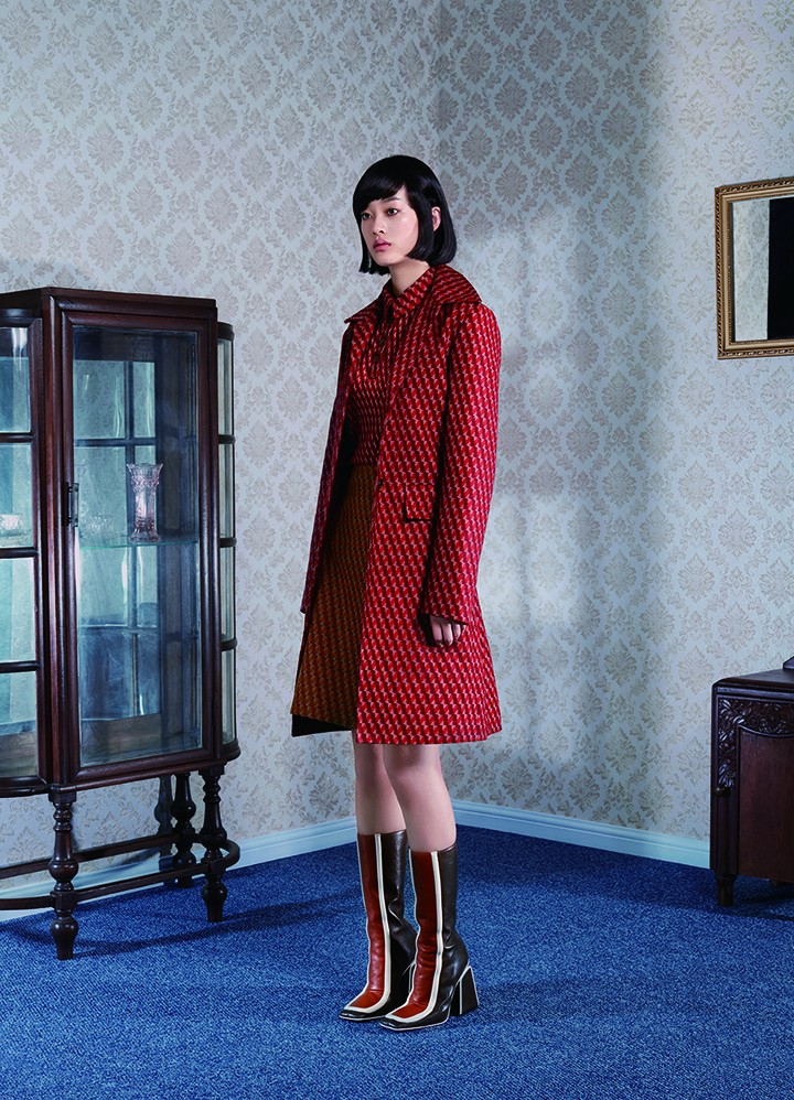 Bottega Veneta 红色花纹外套、红色上衣、黄色条纹半裙 Marni 棕色拼接方头长靴