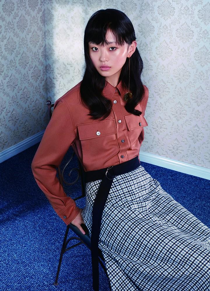 Louis Vuitton 棕色衬衫、灰色格子半裙 Yirantian 金属色圆形耳饰
