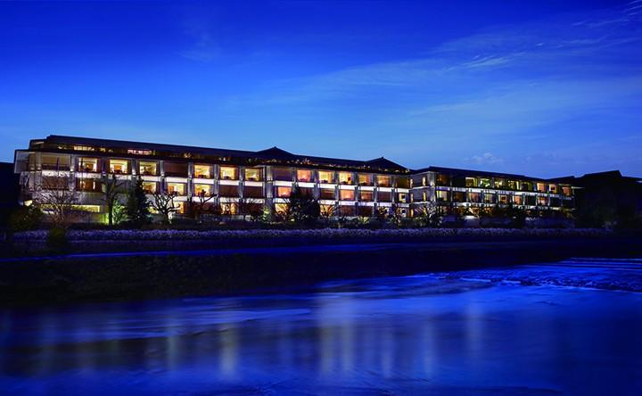 守望在鸭川河岸的丽思酒店