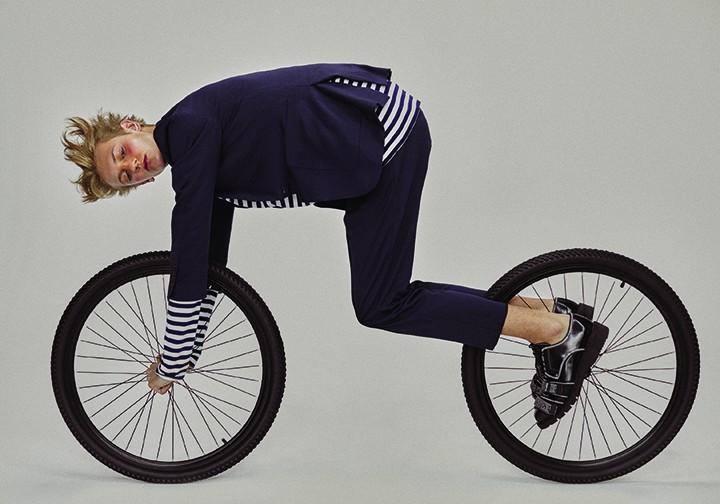 Burberry 蓝色西装上衣、西装长裤、蓝色条纹衫 Dior Homme 黑色皮鞋