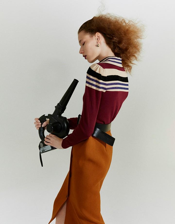 Bottega Veneta 酒红色拼色条纹针织衫,深皮革色羊毛短裙,黑色皮质腰带,银色氧化配金黄色细节耳环