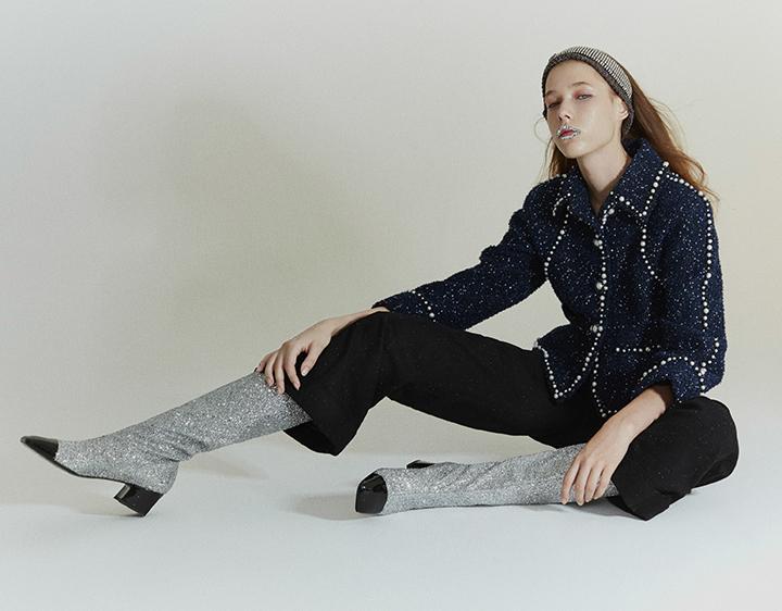 Chanel 蓝色珠片镶嵌短款外套,黑色阔腿裤,银与黑镶嵌发带,银与黑亮片长筒靴
