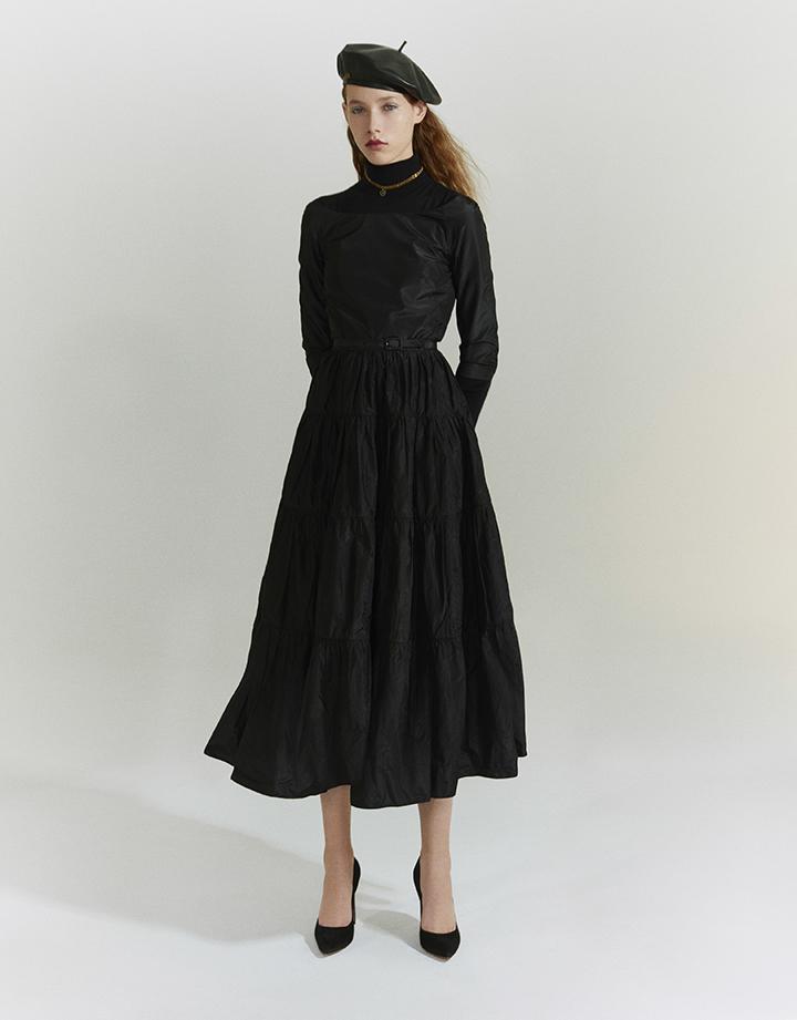 Christian Dior 黑色束腰连衣裙,黑色高领针织衫,黑色皮质贝雷帽,金属色心形吊坠颈链,黑色细跟鞋