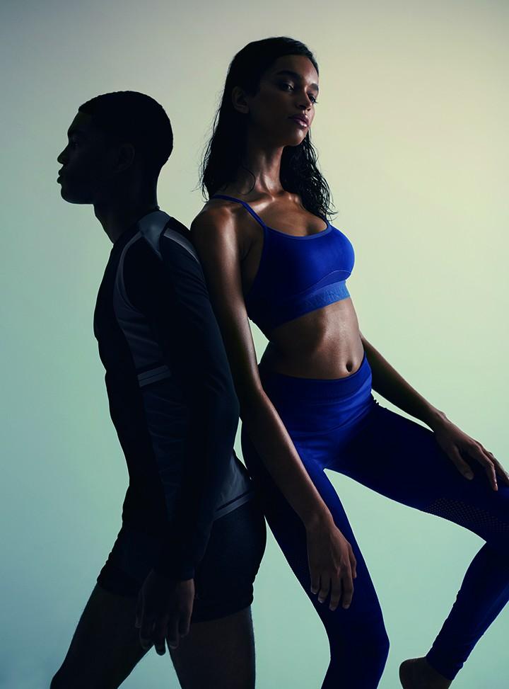 左:Particle Fever 黑灰撞色长袖运动上衣 Calvin Klein Performance 黑色运动短裤  右:Calvin Klein Performance 宝蓝色运动内衣,宝蓝色镂空高腰运动裤