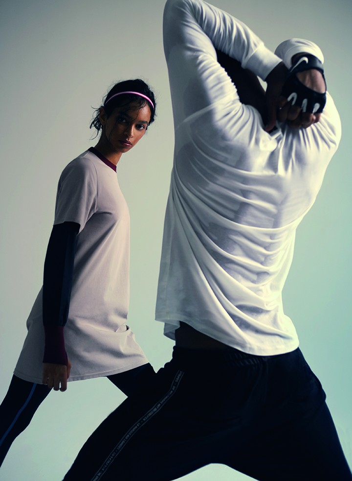 左:Particle Fever 灰粉色撞色运动套头连衣裙 Calvin Klein Performance 黑色拼色运动裤 Nike 粉白色拼接细发带  右:Adidas 白色长袖上衣,黑色短裤 Nike 黑色训练手套