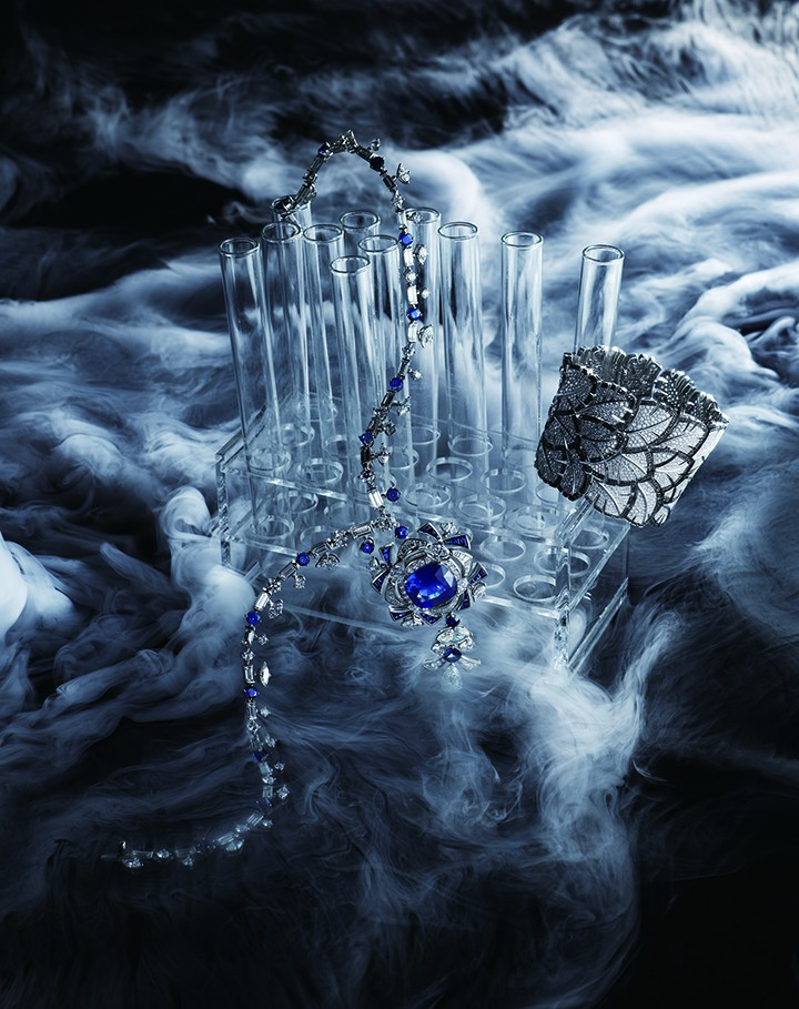 从左至右: Bulgari华彩之源高级珠宝系列铂金蓝宝石钻石项链 Chanel臻品珠宝Plume系列Evental手镯