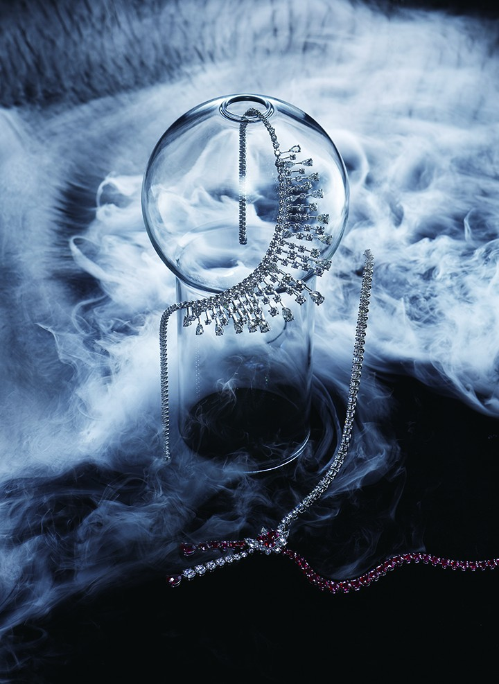 从左至右: Graff圆形和梨形钻石项链 Harry Winston Cluster经典锦簇红宝石与钻石项链
