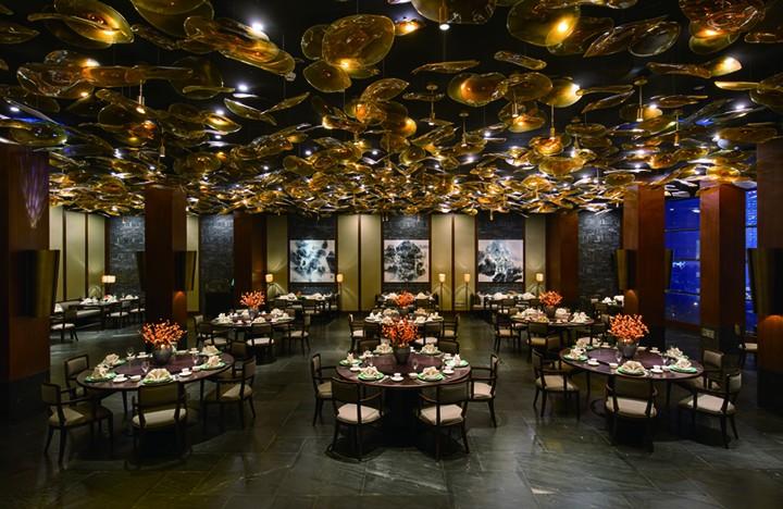布满大堂的荷叶形手工玻璃,是晶浦会上海中心店的一大亮点