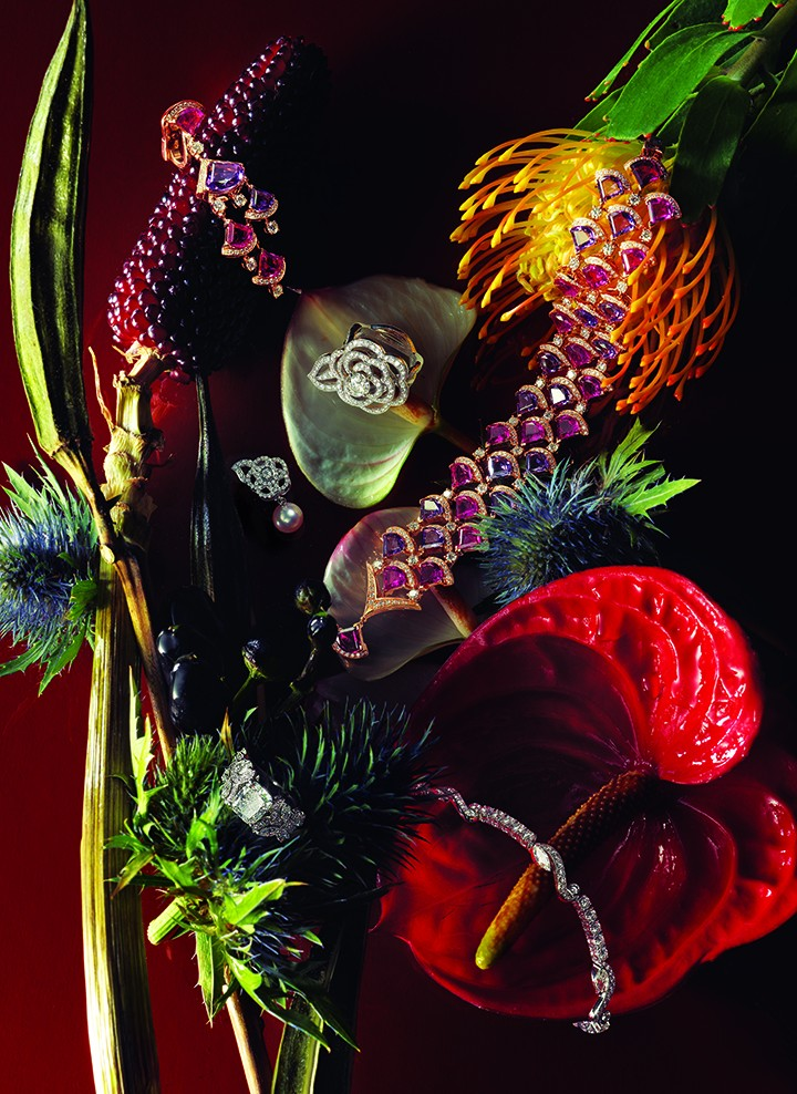 "从上至下,从左至右: Bulgari Diva's Dream系列玫瑰金镶钻石与彩色宝石耳环 Chanel高级珠宝""Camelia Brode""系列耳环 白18K金镶嵌钻石以及珍珠De Beers Adonis Rose钻戒 Chanel高级珠宝""Fil de Camelia""系列白18K金镶钻戒指 Bulgari Diva's Dream系列玫瑰金镶嵌钻石与彩色宝石项链 De Beers Adonis Rose手链"