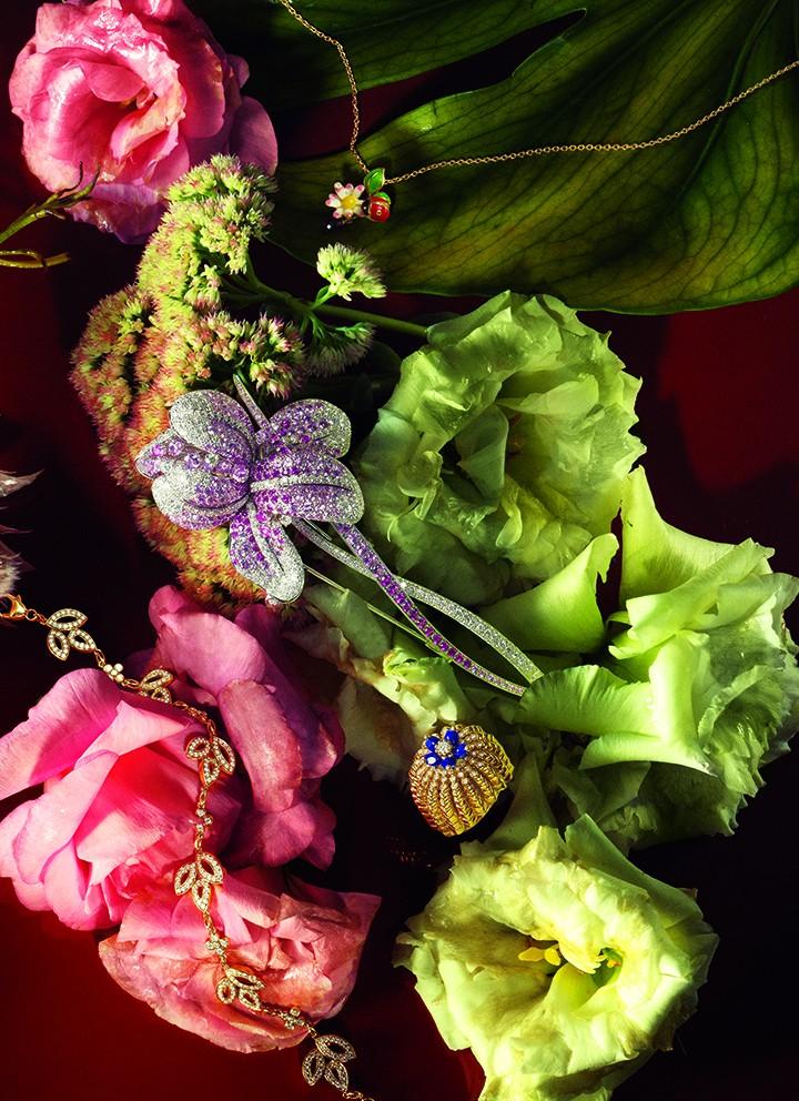 从上至下,从左至右: Harry Winston 百合锦簇 Lily Cluster 系列钻石黄金手链 Dior 高级珠宝 Jardin de Milly-la-Foret系列黄金、高级珠宝彩漆项链 Damiani大师级Spille D系列胸针 Cartier Cactus Cartier系列戒指