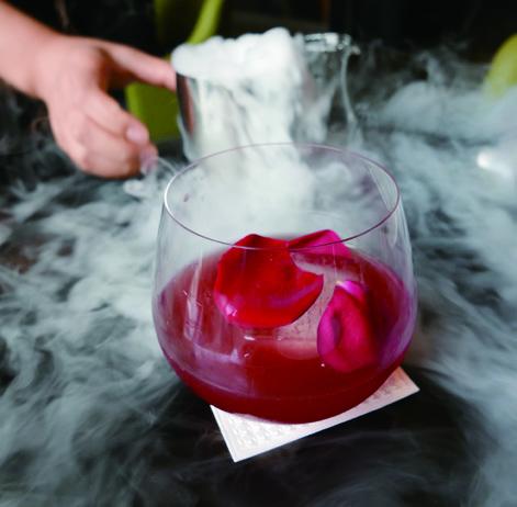 在电音中享受一杯鸡尾酒,也是创意中餐Hakkasan的一大卖点