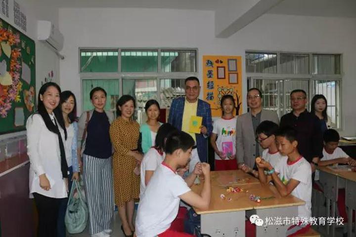 邵忠先生与孩子们在一起