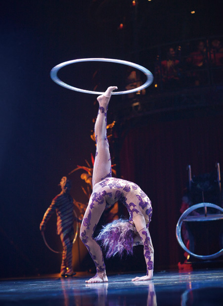 《KOOZA》融合杂技与小丑表演,是原汁原味的传统,但舞美、灯光、服饰等不断随时代更新,又令演出有了常变常新的面貌