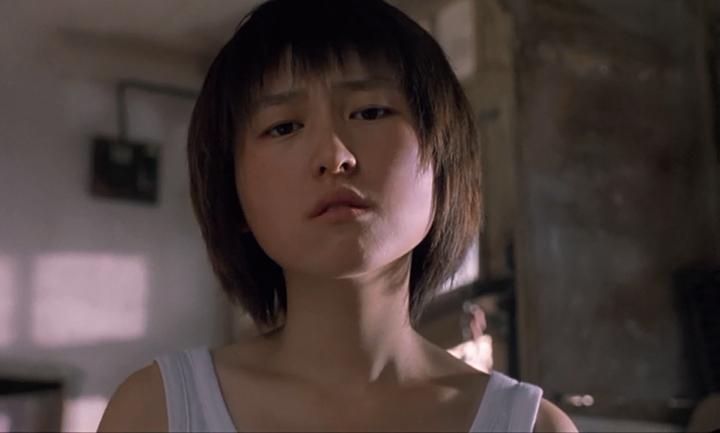 宫哲在电影《我们俩》中倔强的眼神和表情是整部电影具有震撼力的表现手法之一
