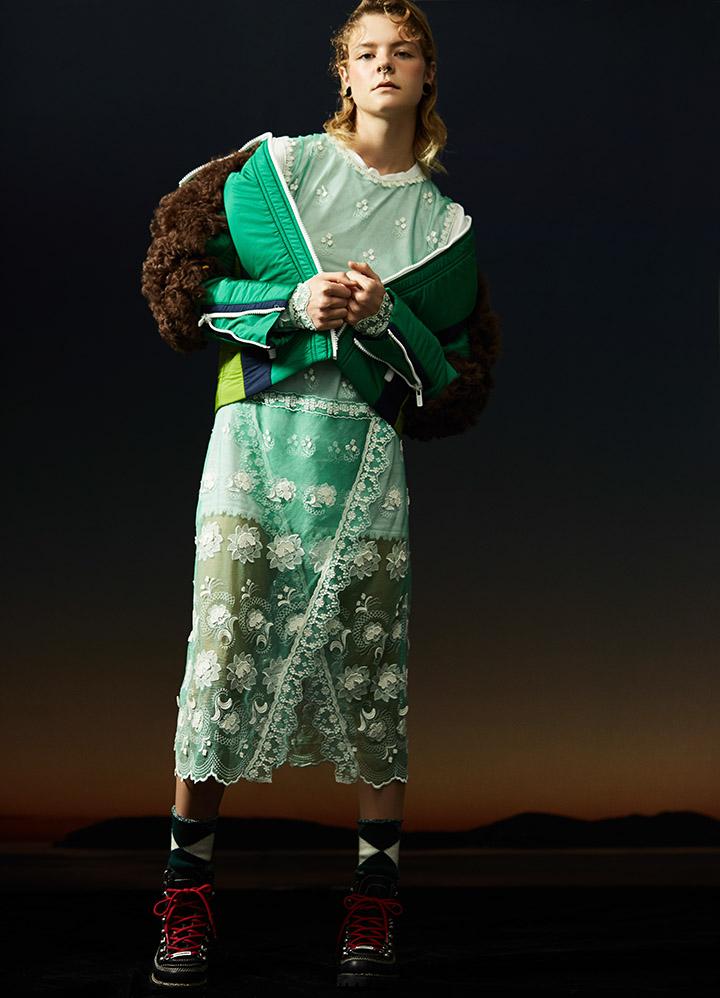 Miu Miu 绿色尼龙皮草夹克Burberry 绿色蕾丝连衣裙、绿色格纹中筒袜 Dsquared2 红色绑带中筒靴
