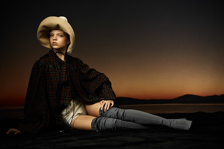 Loewe 白色印花皮帽、格纹灯笼袖衬衫 Sirloin 白色高腰短裤Balenciaga 灰色长靴