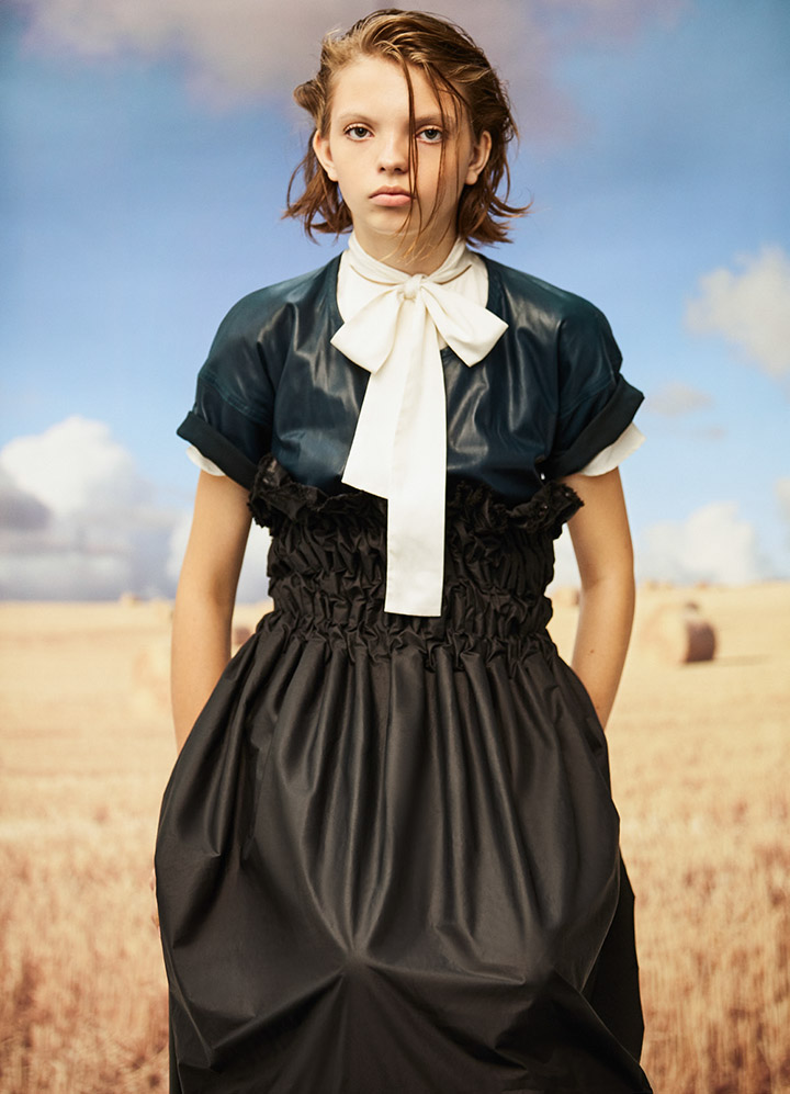 Céline 湖蓝色皮T恤Valentino 白色系带衬衫Museum of Friendship 黑色皱褶长裙