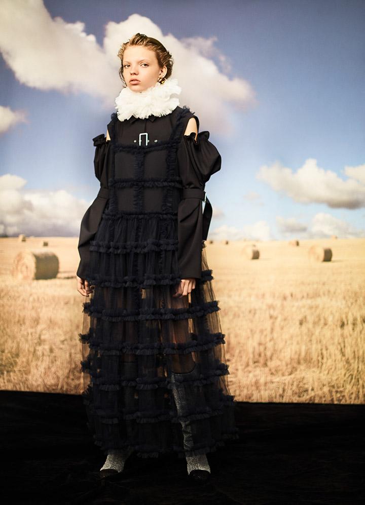 ShuShu/Tong 泡泡袖藏青色夹克Vega Zaishi Wang 藏青色格纹连衣纱裙 Chanel 银色长筒靴Prada 宝石耳钉