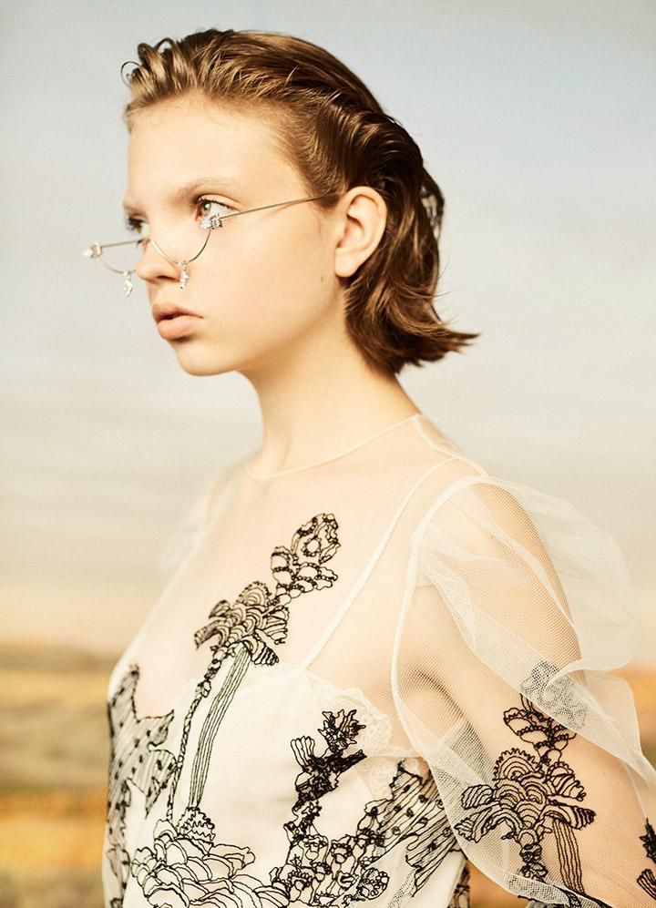 Chloé 白色刺绣纱上衣、花边白色吊带衫Calvin Klein Jeans 丹宁阔腿长裤Yvmin银色半框眼镜配饰Prada红色尖头高跟鞋