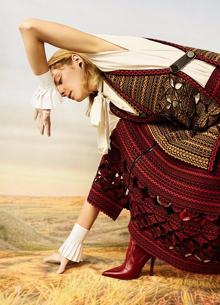 Fendi 红色提花针织背心、针织半裙、红色长皮靴Valentino 白色系带衬衫