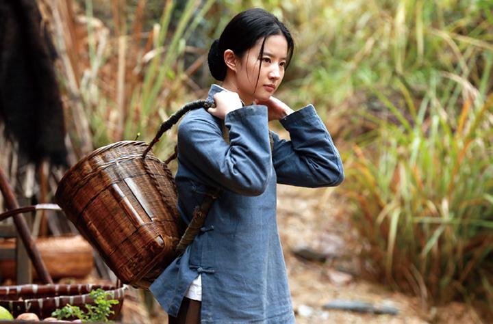 刘亦菲在电影《烽火芳菲》中穿上粗布农妇衣装,演绎真实历史
