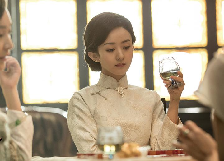 赵丽颖在电影《密战》中饰演擅于交际的富太太,暗中为党组织搜索情报