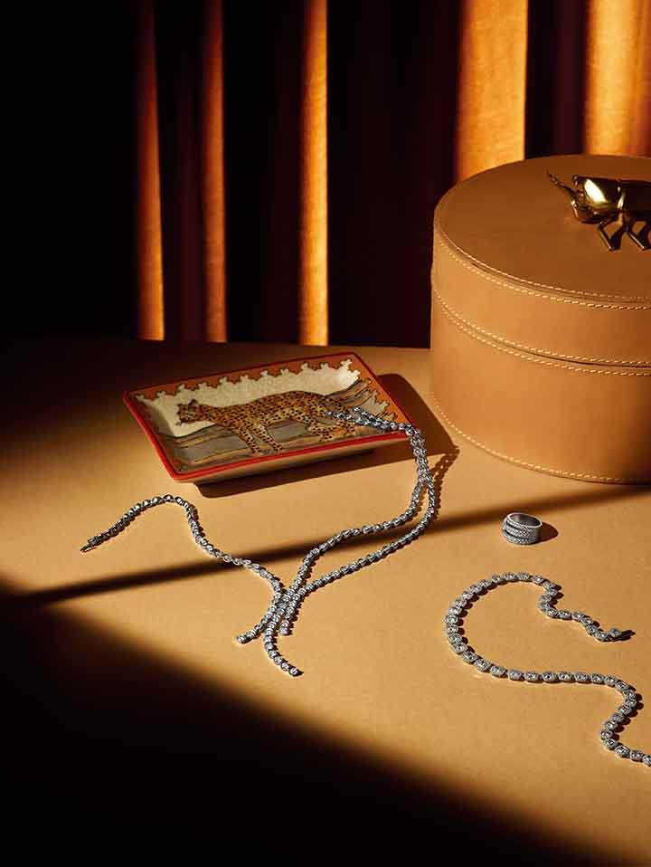 从左至右: Piaget Magic Gardens 高级珠宝项链 De Beers Classic 五行戒指 De Beers Aura 高级珠宝项链