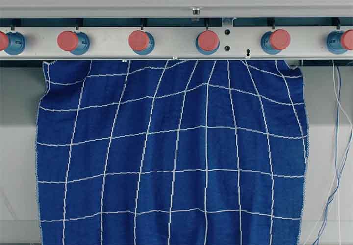 来自伦敦的创新公司UNMADE 发明的新工具针织机器实现了时装设计真正的量身定制