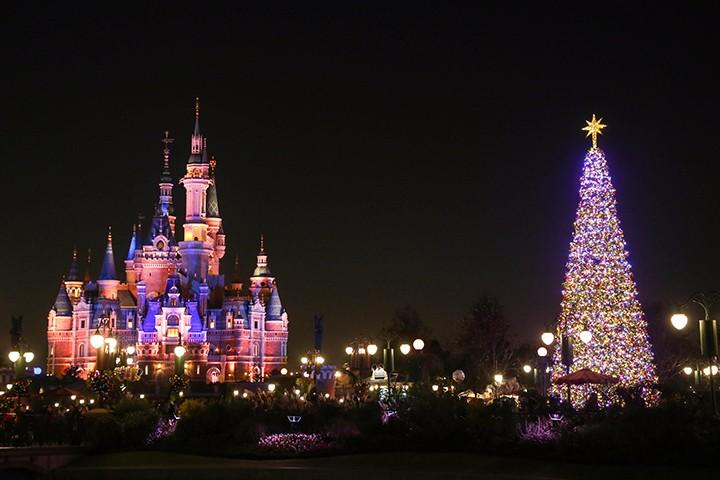 """上海迪士尼度假区点亮迷人圣诞季,带来""""当我们欢聚在一起""""圣诞树亮灯仪式"""