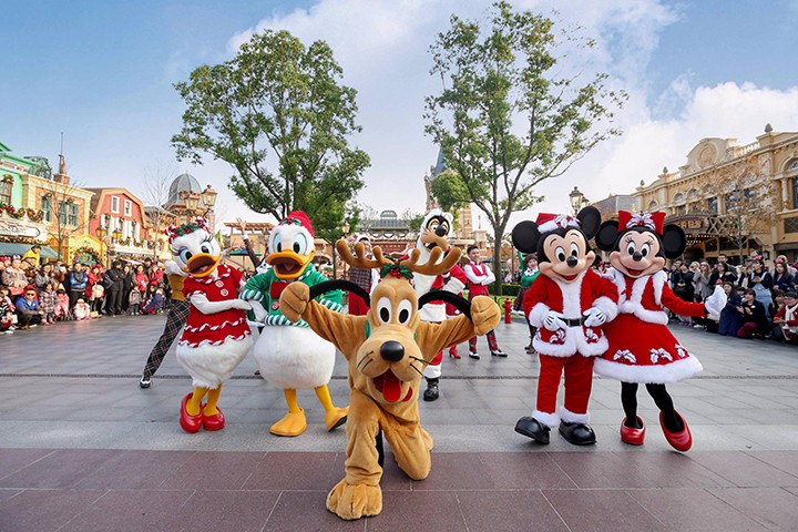 上海迪士尼度假区点亮迷人圣诞季,带来全新活力演出圣诞摇摆舞!