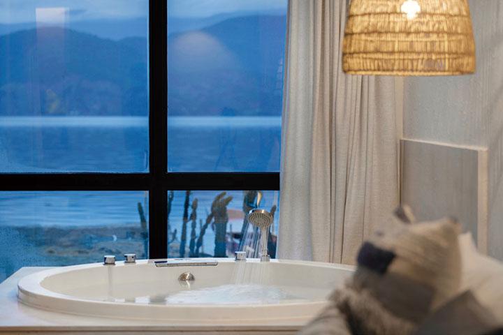 房间正对着泸沽湖,可以看到蓝光泛起的湖面