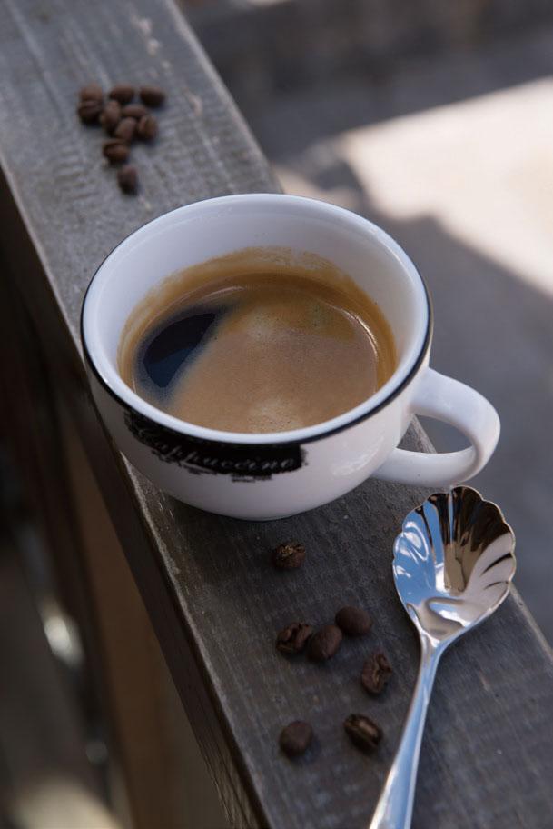 在阳台上喝一杯咖啡,静静欣赏泸沽湖的美好
