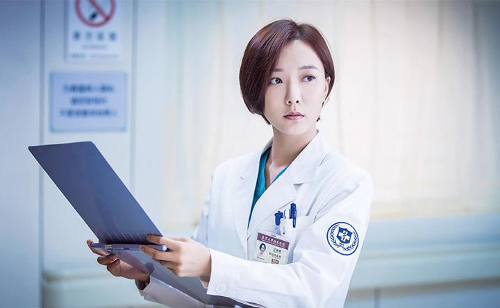 《急诊科医生》由王珞丹和张嘉译担任主演,通过源于生活又高于生活的医疗现实,展现出医院职场环境的紧张与平实