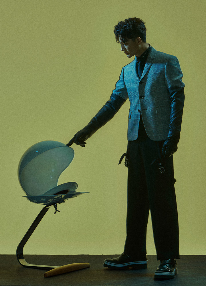 黑色衬衣、背带长裤、领带、皮手套、厚底皮鞋 均为 Dior Homme 格纹西服 Thom Browne from 10 Corso Como
