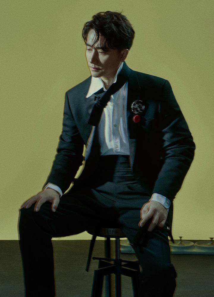 白色尖领衬衣 Dunhill 黑色西服 Sandro 腰封西裤 Sans Titre 圆形胸针 Dior Homme 领饰带Craig Green from 10 Corso Como