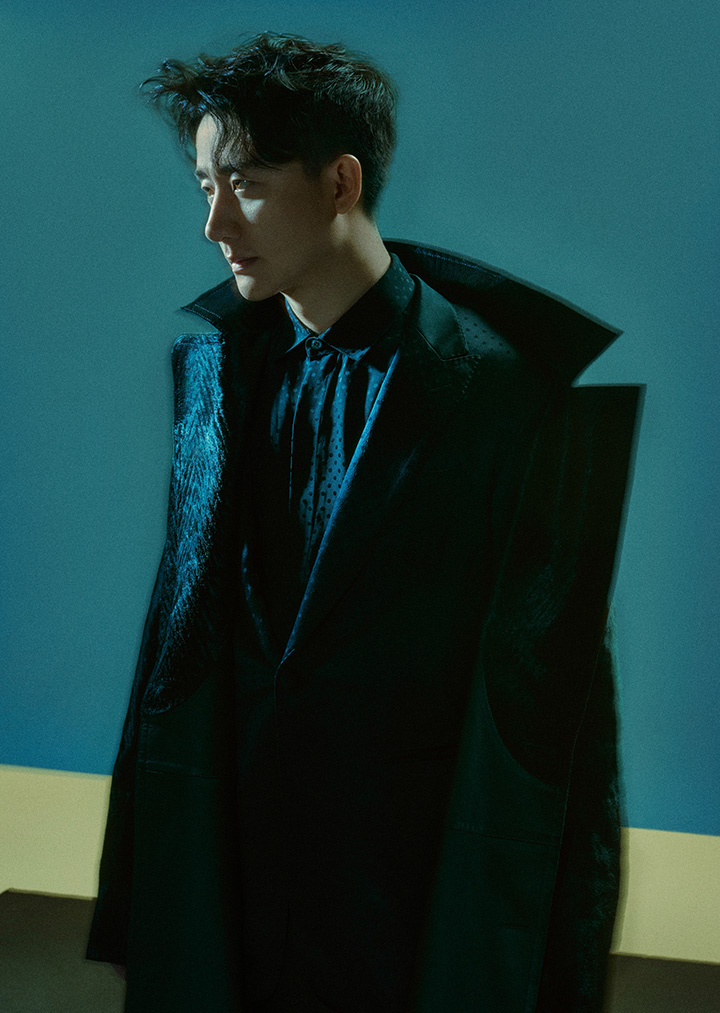 波点衬衣 Berluti 波点苹果领西服、黑色西裤 均为 Dior Homme 毛皮翻领风衣 Cerruti 1881