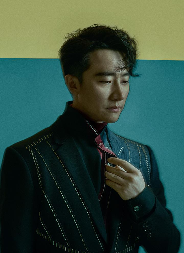 酒红色高领针织衫 dunhill 高领拉链衫 Sans Titre 银钉饰西装、字母项链 均为 Dior Homme
