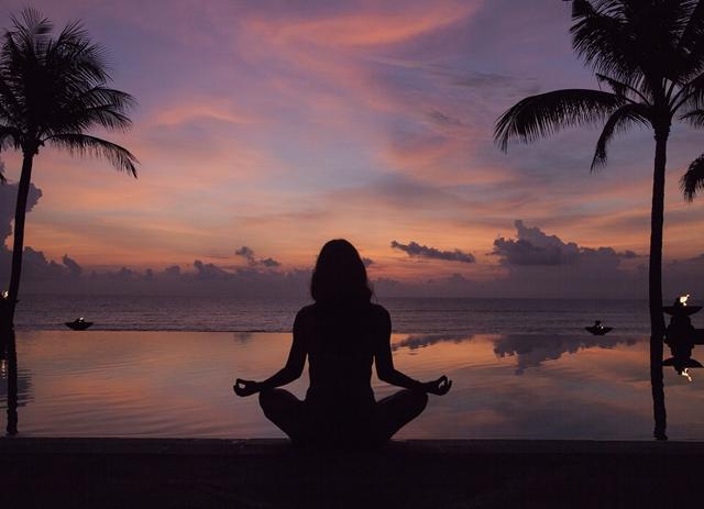如果说世界上有哪一座海岛能够给人带来多层次杂糅的丰盈感受,巴厘岛(Bali)绝对是其中一座。这座诸神之岛既有梯田层叠的田园悠闲风光、白浪逐沙的海岛热烈风情,也有植被掩映的热带丛林潮湿隐秘。椰林摇曳下,两万多座印度教寺庙和神龛遍布全岛。今年年初,《Wallpaper》杂志最新发布的2018最佳设计榜单上,这座岛上于热带雨林中蜿蜒建成的虹夕诺雅旅馆一举夺下最佳酒店桂冠巴厘岛又多了一张闪亮的旅游名片,游客们又多了一个朝圣的理由。只不过,巴厘岛与旅游之间自然的条件反射关联由来已久。  圣泉寺几乎是每个观光