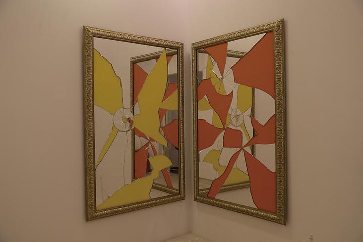 《彩色二减一》,镜面、金漆木框,180x120cm x2幅,2015年